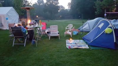 Prachtig wakker worden met de dauw over de camping