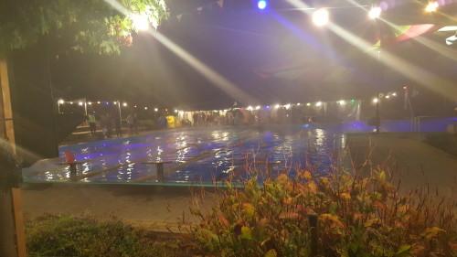 De maan hing prachtig boven het zwembad