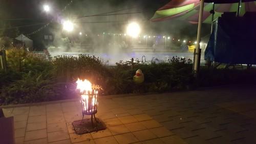 De damp sloeg de hele nacht van het warme zwemwater