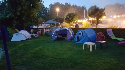 Tentenkamp op het veld