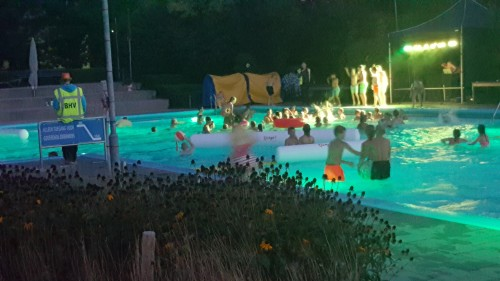 Het zwembad in alle kleuren